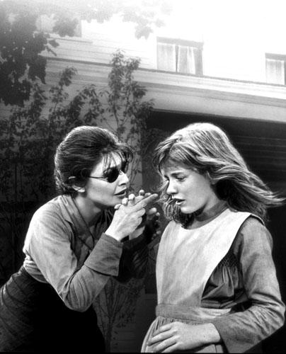 Scena iz filma Čudotvorka iz 1962. godine koji govori o počecima Annienog rada s Helen. Glumice Anne Bancroft i Patty Duke za svoju su izvedbu dobile Oskara.
