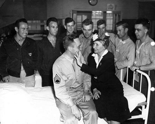 Helen u bolnici u razgovoru s ranjenim američkim vojnikom 1945. godine.