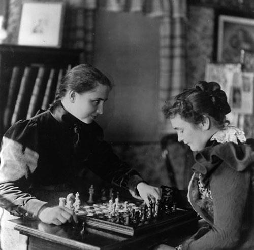 Helen i Annie igraju šah.