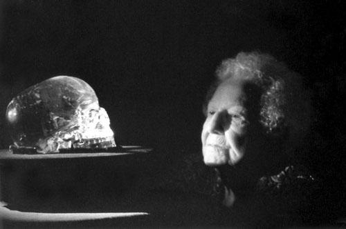 Anna Mitchell-Hedges s kristalnom lubanjom koju je navodno pronašla na svoj sedamnaesti rođendan.