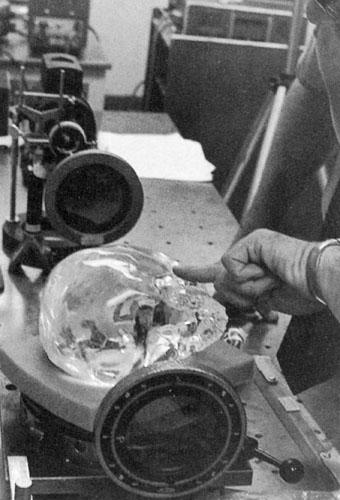 Znanstvena analiza Mitchell-Hedgesove lubanje u laboratoriju Hewlett-Packard.