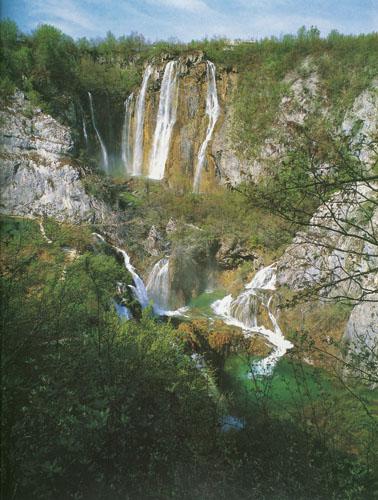 Nacionalni park Plitvička jezera sastoji se od 16 jezera koja se preko stepenastih sedrenih brana spuštaju u veličanstvenim slapovima.
