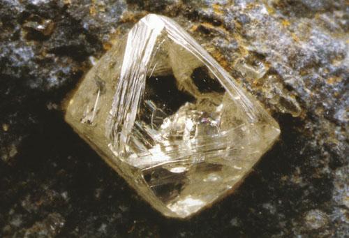 Dijamant u prirodnom okružju. Dimenzije stranica iznose 15 mm.