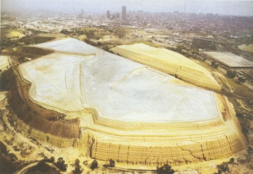 Brdo otpadnog materijala iz rudnika zlata. Ovaj otpad sadrži određenu količinu zlata i čuva se jer bi se poboljšanjem tehnologije mogao ponovno eksploatirati.