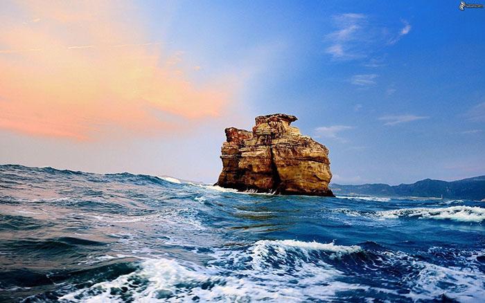 Budi kao stijena o koju se razbijaju valovi
