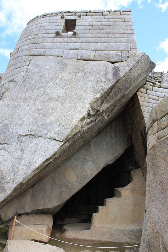 Polukružna kula (torreón) - središnja huaca grada