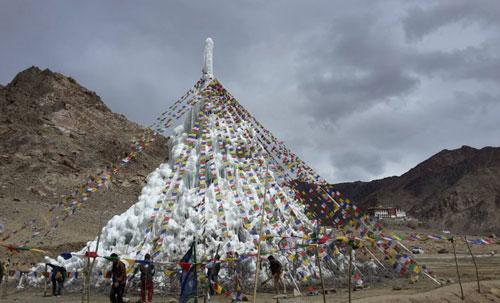Sonam-Wangchuk-ice-stupa-zastavice