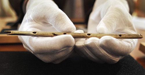 Najstarija flauta je ujedno i najstariji glazbeni instrument čija se starost procjenjuje na trideset i pet tisuća godina. Pronađena je u špilji Hohle Fels, u Njemačkoj, a izrađena je od ptičjih kostiju.